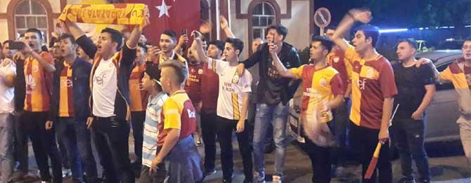 Galatasaraylılar sokaklara döküldü!