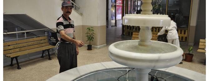 Belediyenin süs havuzuna dilek parası